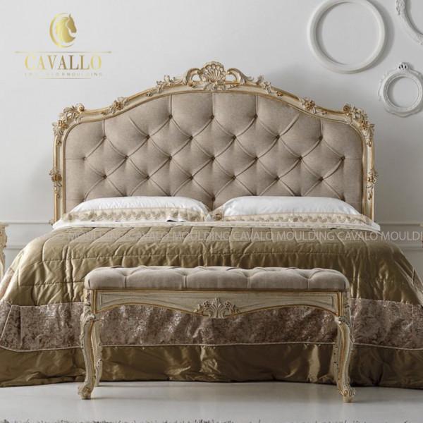 Ứng dụng nghệ thuật dát vàng cho giường ngủ trong thiết kế phòng ngủ Tân cổ điển.